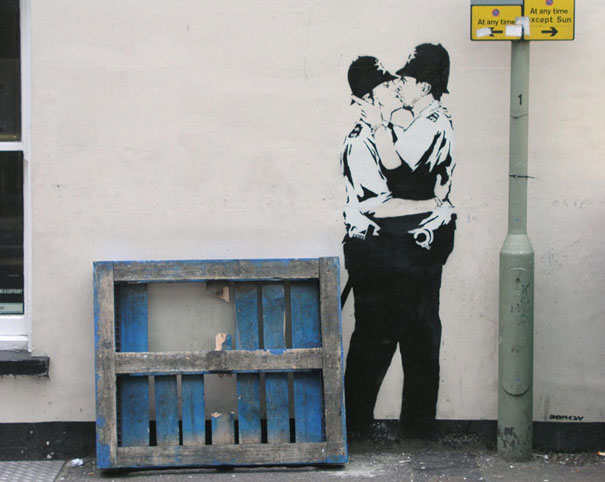 banksy-graffiti-street-art-kissingcoppers3