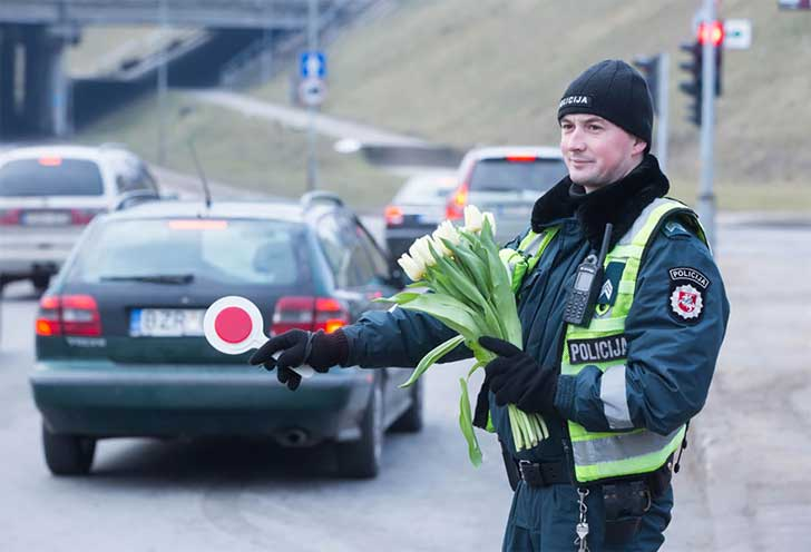 lithuanian-police-officers-give-flowers-international-womens-day-16